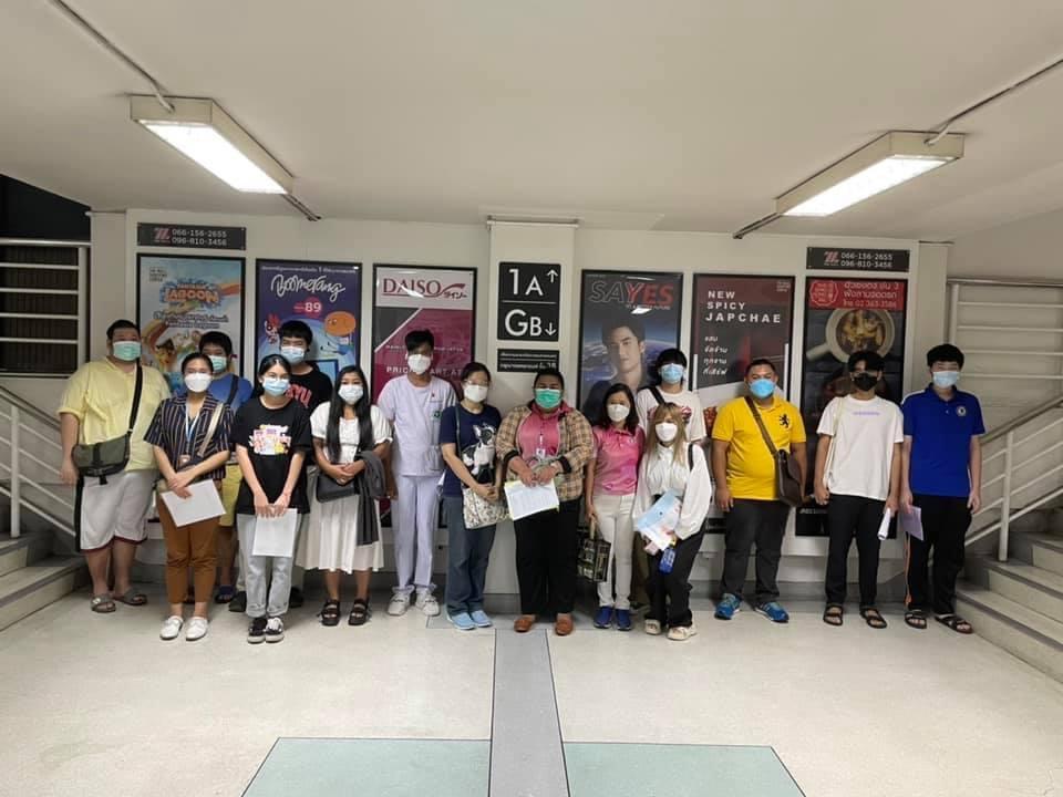 วันที่ 18 ตุลาคม 2564นางศุภรดา ชัยวรวัช นายกสมาคมฯ ผู้จัดการศึกษา ร่วมกับผู้บริหารและคณะครู ลงพื้นที่ดูความเรียบร้อย ในการนำผู้เรียนศูนย์การเซนต์ เทเรซา (ผู้เรียนระดับมัธยมศึกษาตอนต้นและตอนปลาย รอบแรก) เข้ารับการฉีดวัคซีน Pfizer เข็ม 1 ณ เดอะมอลล์บางกะปิ @ขอบพระคุณสำนักงานเขตพื้นที่การศึกษามัธยมศึกษากรุงเทพมหาคร เขต 2 และทางโรงพยาบาลนพรัตน์ ให้การดูแลผู้เรียนเป็นอย่างดี